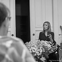 Bettina Strang an einer ihrer Lesungen