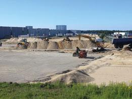Blick auf eine große Baustelle in einem neuen Baugebiet