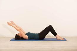 Position d'arrivée du roll down jambes fléchies