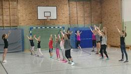 Leonie Jursitzka (im Bild links) gibt den Teilnehmerinnen erste Einblicke in den Cheerleading Sport.