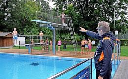 Sportlehrer Rüdiger Streilein lässt die Schülerinnen und Schüler abwechselnd vom Ein- und Drei-Meter-Brett springen.Foto: Katja Eggers