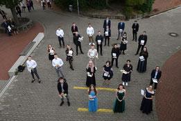 Anstand mit Abstand: Die Abiturienten der KGS Sehnde (Foto: B. Thebes)