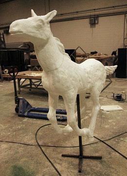 Para que el escultor pueda repasar la ampliación, esta puede llevar una cruz metálica encasquillada.