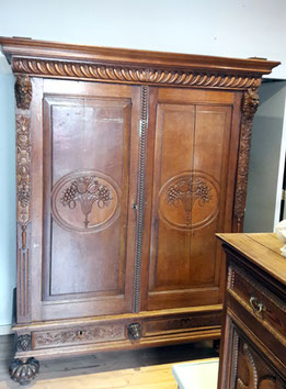 Auf dem Foto ist ein Kleiderschrank abgebildet, der von Nouvelle-Antique in Aachen verkauft wird