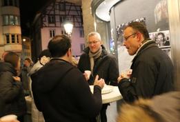 Filmpräsentation im Freien. Gespräch mit dem Produzenten (Foto: Doris Brodbeck)