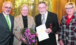 Helmut Schreiber wurde für sein Ehrenamt mit der Verdienstmedaille des Verdienstordens der Bundesrepublik geehrt. Dem Ehepaar Schreiber gratulierten Städteregionsrat Helmut Etschenberg (l.) und Karina Wahlen, stellvertretende Bürgermeisterin von Stolberg