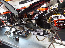 Eine MotoGP Maschine nach dem Training: Nur noch ein Gerippe.