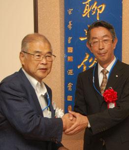 高橋保一氏へ中央会嶋田専務から祝い金贈呈