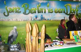 "Berlin-Stand bei der IGW Internationalen Grünen Woche 2007 mit dem Mott ""janz Berlin is een Dorf"". Foto: Helga Karl"