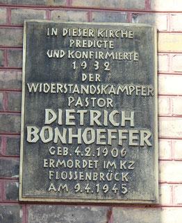 Gedenktafel an der Zionskirchen an Pastor Dietrich Bonhoeffer. Foto: Helga Karl