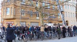 Menschen vor dem Haus Oderbergerstr. 61 bei der Feier zur Enthüllung der Gedenktafel an Dietrich Bonhoeffer. Foto: Helga Karl
