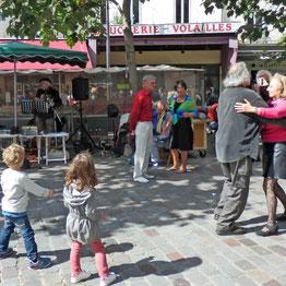 Markt und Musik in der Rue Mouffetard