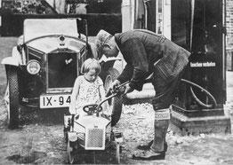 DKW-Kinderauto mit Zweitakt-Motor beim Tanken.