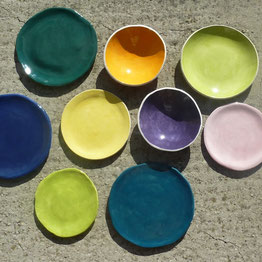 Assiettes de couleur en faïence. Atelier de céramique Brigitte Morel Paris