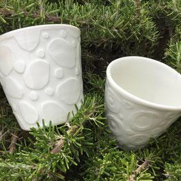 Tasse au décor en relief. Porcelaine blanche . Atelier de céramique Brigitte Morel Paris