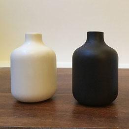 Petite vase japonais. Tasse au décor en relief. Porcelaine blanche . Atelier de céramique Brigitte Morel Paris