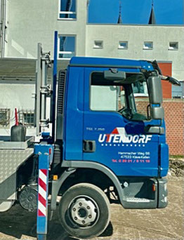Eigener LKW der Uttendorf Badachungen GmbH liefert Baumaterial.