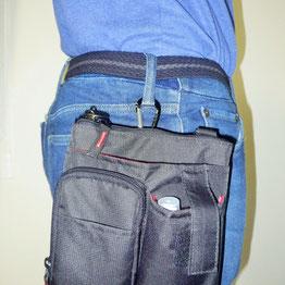 ジーンズに作業用バッグをつけ、作業用バッグの中に合鍵専用バッグが入っています