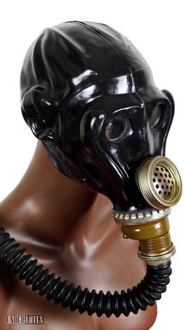 Russische Funker Gasmaske SchMS aus schwarzem Latex mit Faltenschlauch aufgesetzt von vorn links gesehen