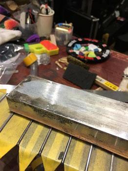 ギターネックの上に置かれた金属製のやすり