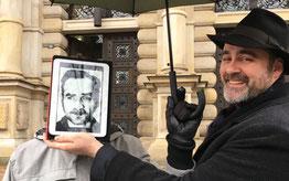 Corpus Delicti Tours - Kommissar Toll mit einem Gast vor dem Strafjustuz Gebäude in Hamburg
