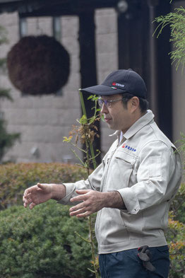 「稲刈り会」のスタート前。お客様と話をする高橋さん。