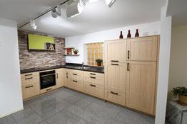 Landhausküche mit einer Rahmenfront in Eiche nachbildung