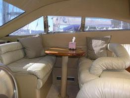 Sicht auf die Sitzecke im Yachtinnern
