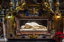 Imagen yacente muy venerada de la mártir. Las reliquias de la Santa Cecilia no se encuentran aquí, sino debajo, en el altar de la Cripta.