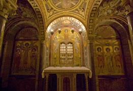 Altar de la Cripta, debajo de la Basílica, es aquí donde se encuentran las reliquias de Santa Cecilia, además de las de otros Santos Mártires.
