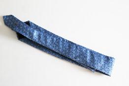 ネクタイを巻きやすい長さに折る(2回折)