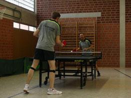 Die Tischtennisspieler der DJK Germania Kamen, auf diesem Archivbild Ilyas Wienbrandt (r.) und Vorstand Jens Schramm, haben im Lockdown Spielverbot - trotzdem ist der Verein 2020 gewachsen.