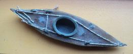 Petit kayak en terre, oeuvre unique fabriquée et offerte par Eliza en 2011