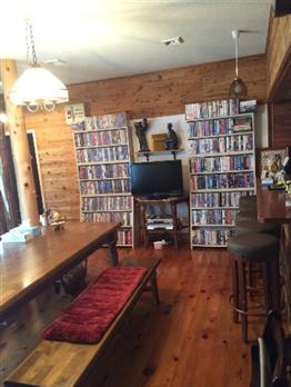 「秩父長瀞Yoshi Studio」のリビングにある400本以上もの音楽ビデオ