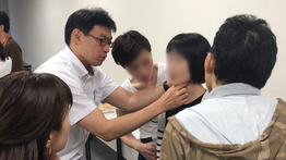頸部聴診法セミナーでの指導の様子