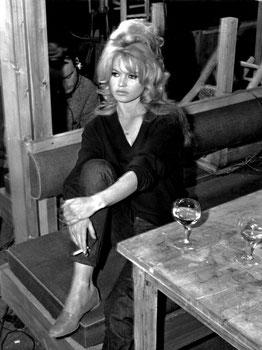 Damals war man im Film noch unzimperlich. Die legendäre Bardot durfte noch rauchen und trinken. Auch im Film.