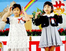「ドッキドキドン1年生」を元気良く踊った(右から)多良間香恋さん、吉田宇良さん=平久保小