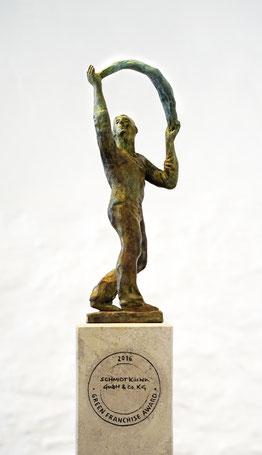"""Green Franchise Award 2016, Skulptur """"Der Bogen"""" von Ralf Ehmann, Foto: DFV Deutscher Franchise Verband e.V."""