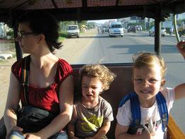 Fahrt zum Kindergarten mit dem TukTuk
