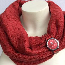 Roter Leinenstrick-Loop mit ausgedienter Uhr als Dekoration
