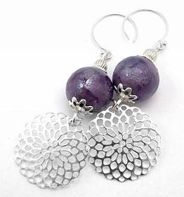 photo boucles d'oreilles en argent crochets ouverts ronds perles ronde céramique texturée mauve et sequins ronds ajourés