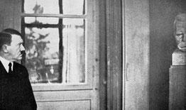 Hitler en el museo de Nietzsche en Weimar