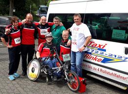 Eine Läufergruppe mit einem Rollstuhlfahrer