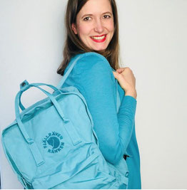Fjällraven Känken Rucksack als Wickeltasche in türkis getragen von Mamablogger auf einer Schulter