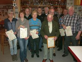 Langjährige Mitglieder wurden geehrt für 25,40, 50, 60 und sogar 65 Jahre Treue zum SVA,  hier mit Stefan Noll vom Vorstand des Gesamtvereins.