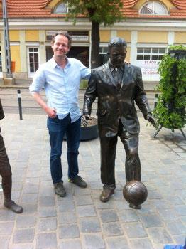 Axel an der Statue von Ferenc Puskas