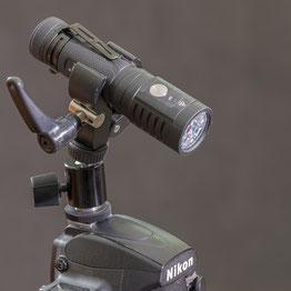 ACEBEAM EC-65 mit Halterung im Blitzschuh der Kamera