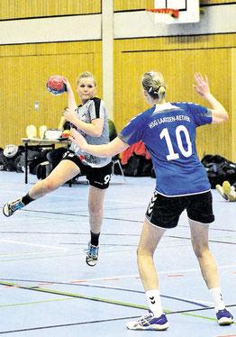 Altwarmbüchens Jennifer Schildberg (links) sucht die Lücke gegen Laatzens Fenja Janssen. Der TuS-Sieg fällt laut Coach Mathias Kistner um einige Tore zu niedrig aus.