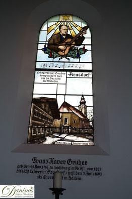 Stille-Nacht-Kapelle in Oberndorf. Fenster des Liedschöpfer/Komponisten Franz Xaver Gruber.