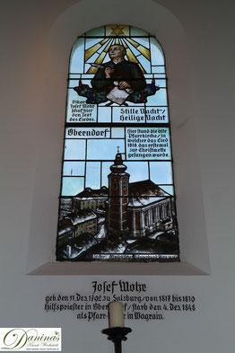 Stille-Nacht-Kapelle in Oberndorf bei Salzburg. Fenster des Liedschöpfers/Dichters Joseph Mohr.
